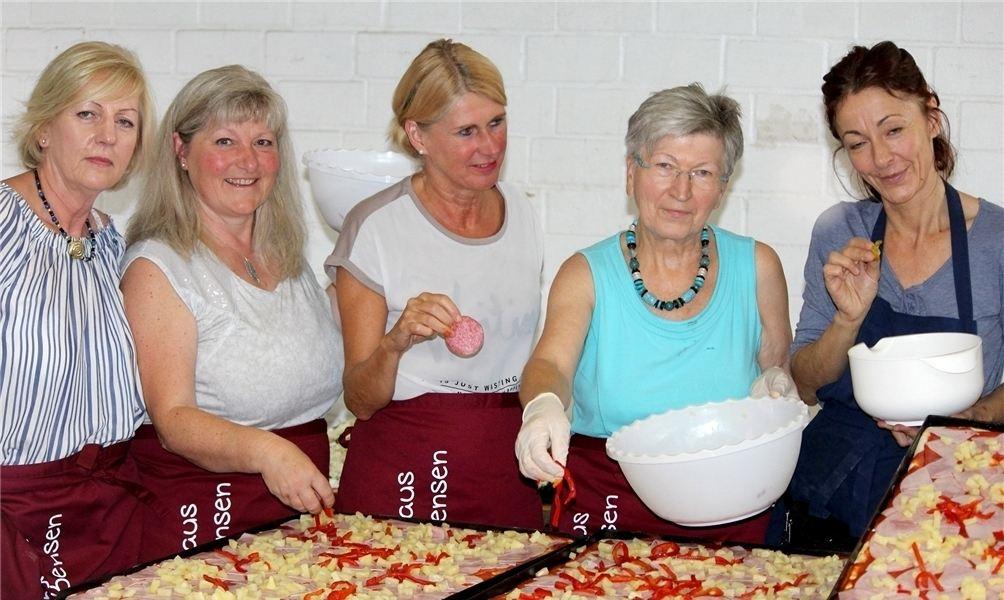 Ohne fleißige Helfer hinter den Kulissen geht es nicht: (v.l.n.r.) Birgit Diestelhorst, Gaby Szymanski, Christa Corinth, Waltraud Brümmer und Nadja Baehr geben in der Küche alles und belegen stundenlang Pizzen. Foto: boh