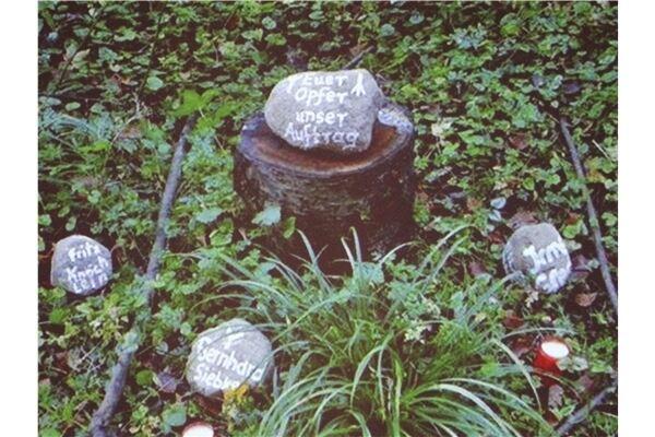 """Immer wieder tauchen am ehemaligen Gräberfeld kleine Gedenksteine mit """"völkischer"""" Symbolik auf."""