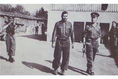 Auch der KZ-Kommandant von Bergen-Belsen, Josef Kramer, hier bei seiner Verhaftung, wurde in Hameln hingerichtet.