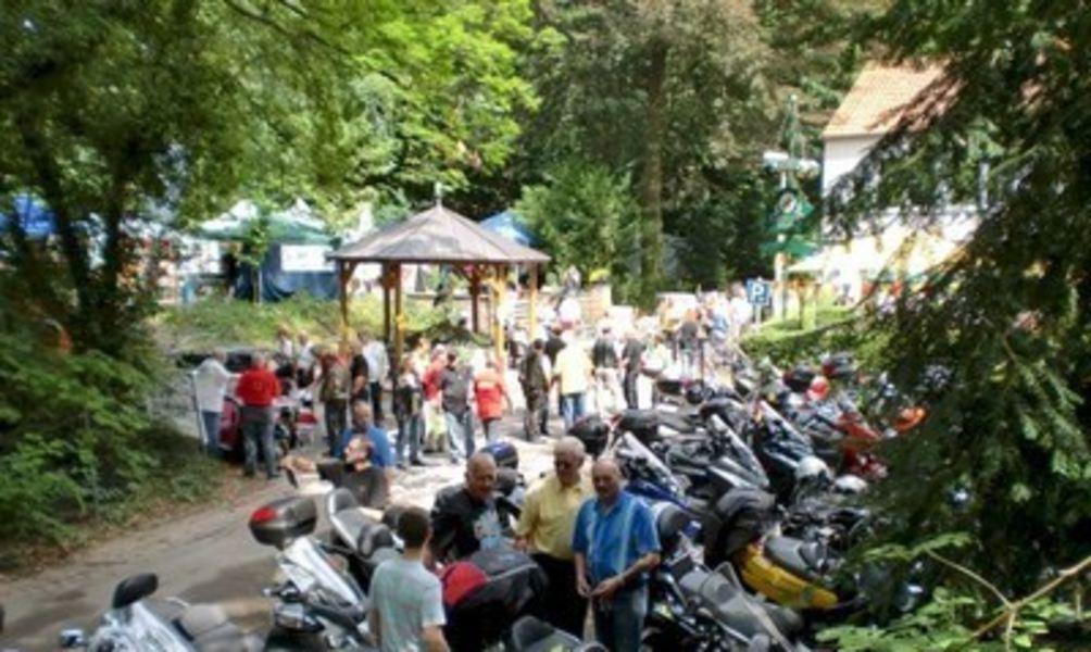 Schliekers Brunnen.Rollerfreunde Feiern An Schliekers Brunnen
